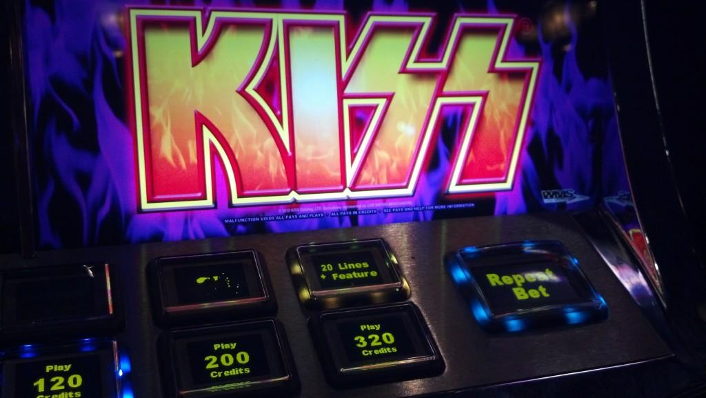 kiss-slotmachine_061913_05